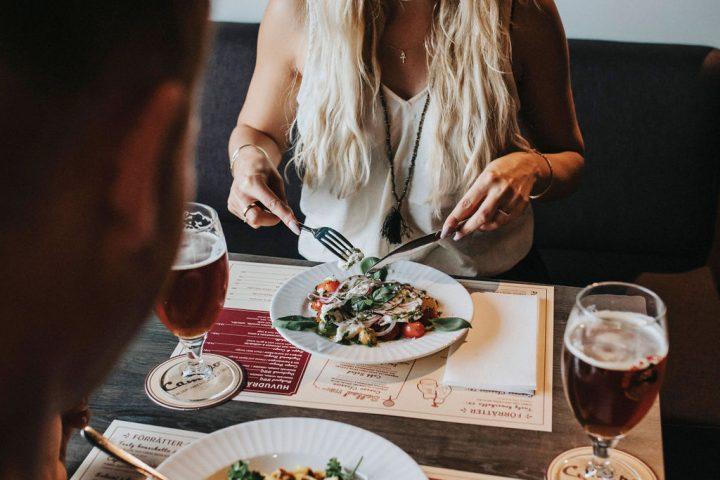 Gäster äter på restaurang Campo på Kviberg Park Hotell.